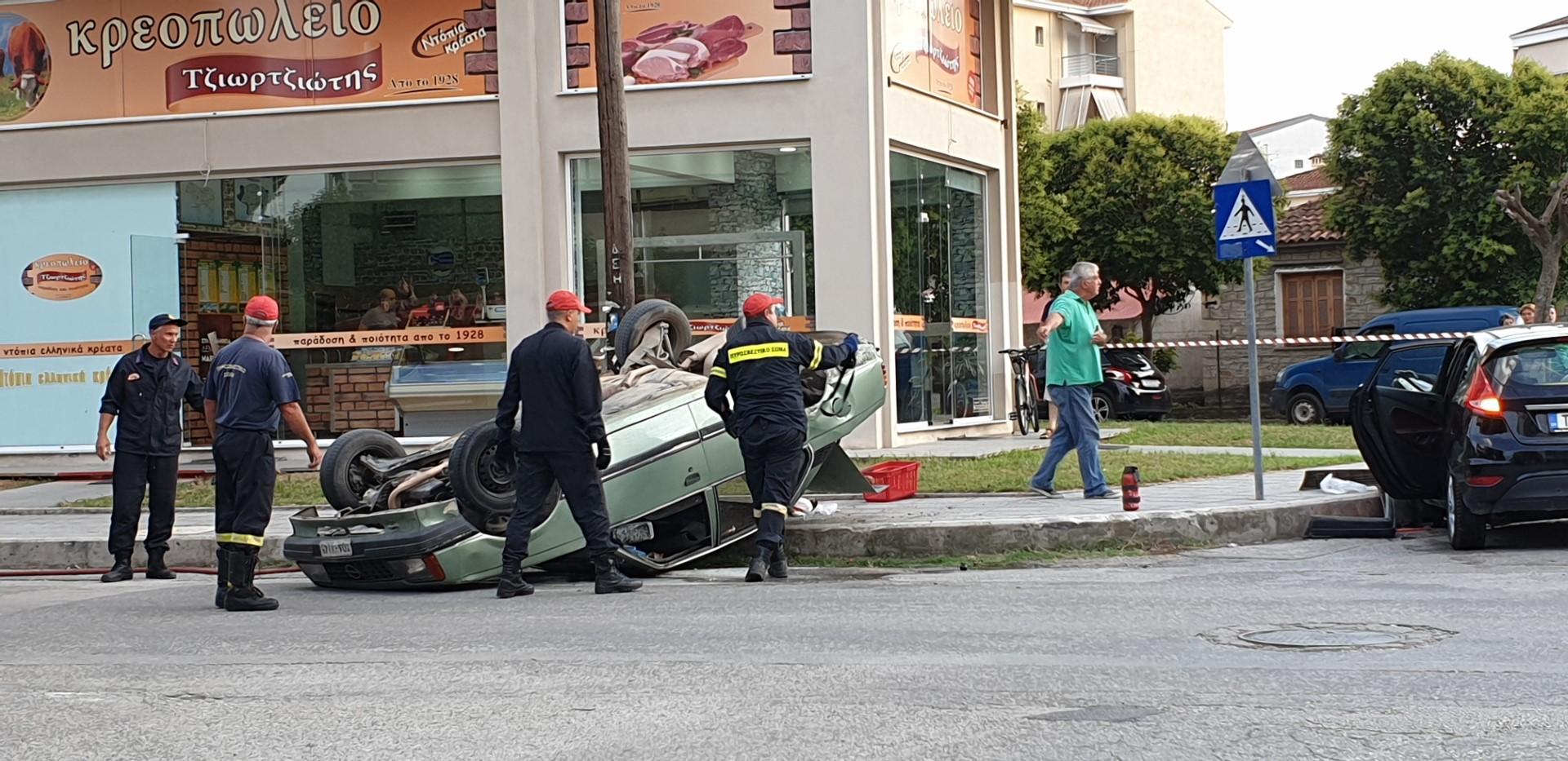 Σφοδρή σύγκρουση αυτοκινήτων στα Τρίκαλα - Αυτοκίνητο εκτοξεύτηκε στον αέρα
