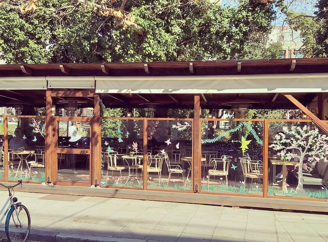 Άγνωστοι βανδάλισαν καφετέρια στα Τρίκαλα - Στα χέρια της αστυνομίας το οπτικό υλικό