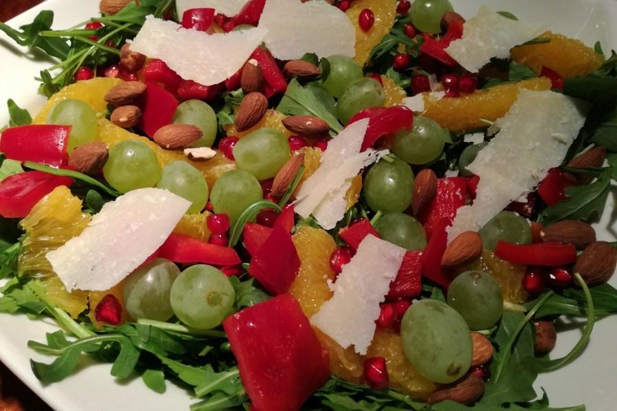 Sałatka z rukolą, słodką papryką i owocami