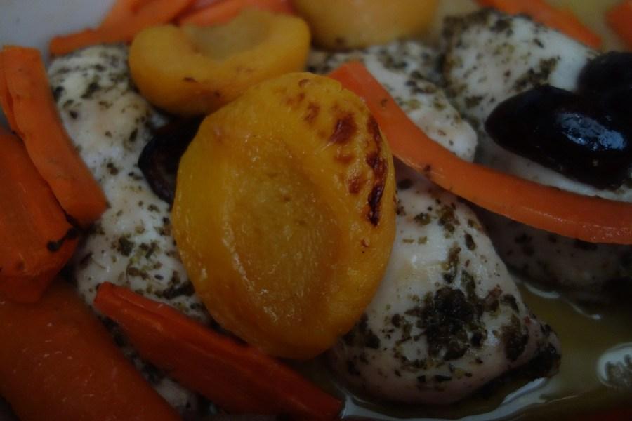 Pieczone piersi z brzoskwiniami i marchewką