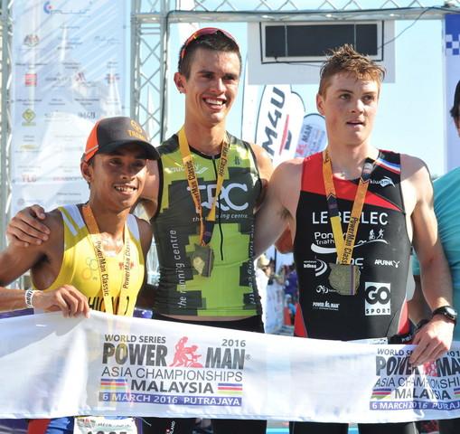 PUTRAJAYA, 6 Mac -- JUARA ... Thomas Bruins dari Australia (tengah) muncul juara diapit oleh naib johan John Leerams Chicano dari Filipina (kiri) dan pemenang ketiga Gael Le Bellec dari Perancis (kanan) bagi kategori Lelaki Elit Powerman Asia di Dataran Putrajaya hari ini. --fotoBERNAMA (2016) HAK CIPTA TERPELIHARA