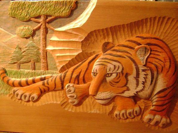 Tigre - Entalhe em madeira. Artista: Juliano Reynaldo Anaconi