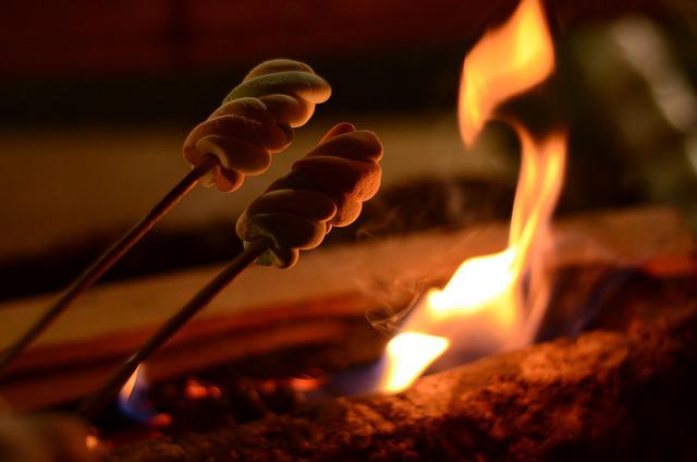 Campfire. Foto: Melissaery. Disponível em: www.flickr.com/photos/melissaery/15382196011 Acesso em 13 jul. 2017