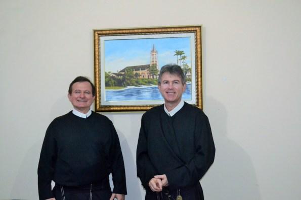 Irmão Jorge e Padre Parron junto a pintura da igreja como era em 1920