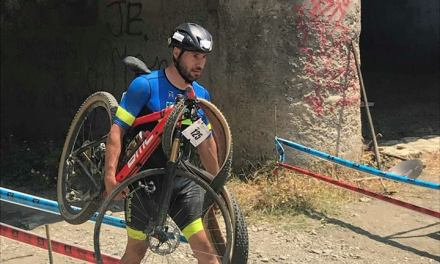 Triatleta hizo 13 kms con la bicicleta sobre sus hombros en el XTERRA Rincón de la Victoria
