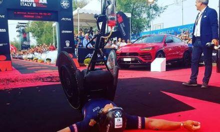 Alex Zanardi vuela ahora en Ironman, rompe récord del mundo para un triatleta con discapacidad.