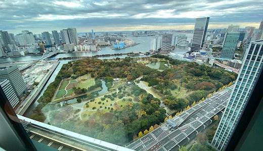 コンラッド東京のスイートルームから浜離宮とお台場を望む