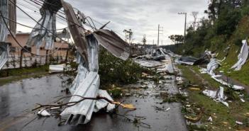 Os temporais associados às fortes rajadas de vento que atingem o Rio Grande do Sul nesta terça-feira (30) são causados, segundo meteorologistas, por um fenômeno chamado de ciclone-bomba Prefeitura de Chapecó / Divulgação