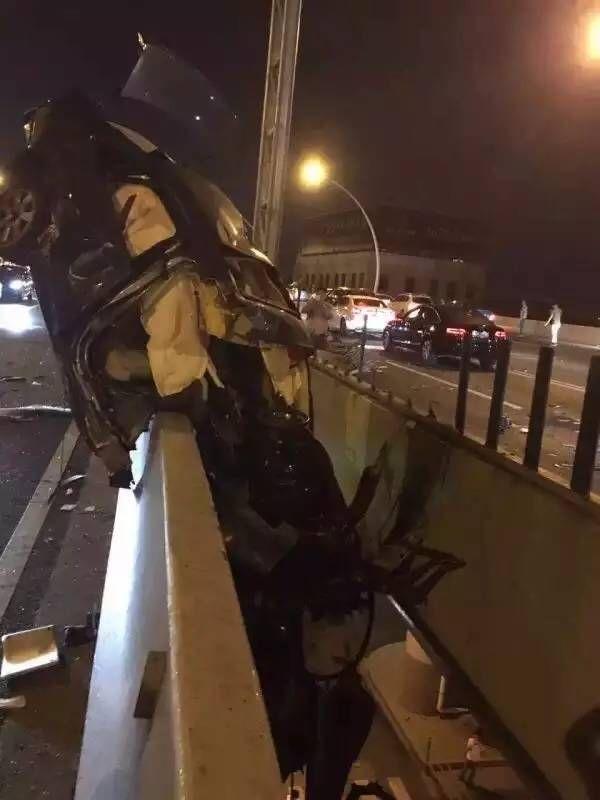 В Китае автомобилист-лихач попал в ДТП и повис на мосту (4 фото)