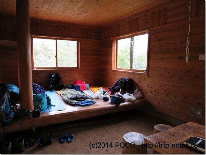 犬越路避難小屋内部