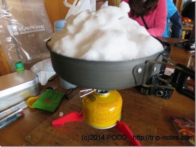 フライパンで雪を溶かして水を作る
