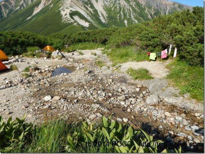 三俣山荘のテン場内の清流