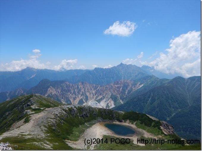 鷲羽岳山頂から見える槍ヶ岳と鷲羽池
