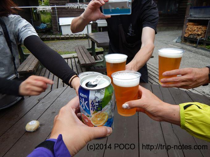 法華院温泉山荘でビール