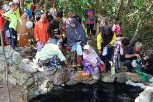 22 апреля люди набирают воду из одного из двух природных колодцев в поселке Ай-Касае в районе Сакхон Наратхиват после того, как распространились слухи о том, что в черной воде есть лекарственные свойства, способные вылечить кожные заболевания.