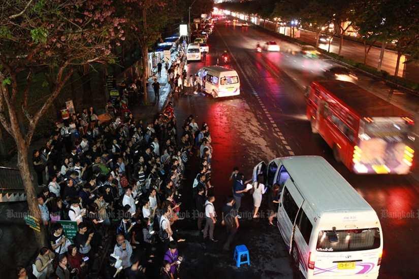 Пригородные пассажиры ждут общественные фургоны на станции Mor Chit BTS 4 апреля, за день до того, как Департамент наземного транспорта приказал, чтобы все фургоны были оснащены GPS и ремнями безопасности.