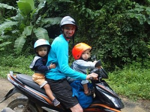 scooter en famille - Thailande - trip and twins