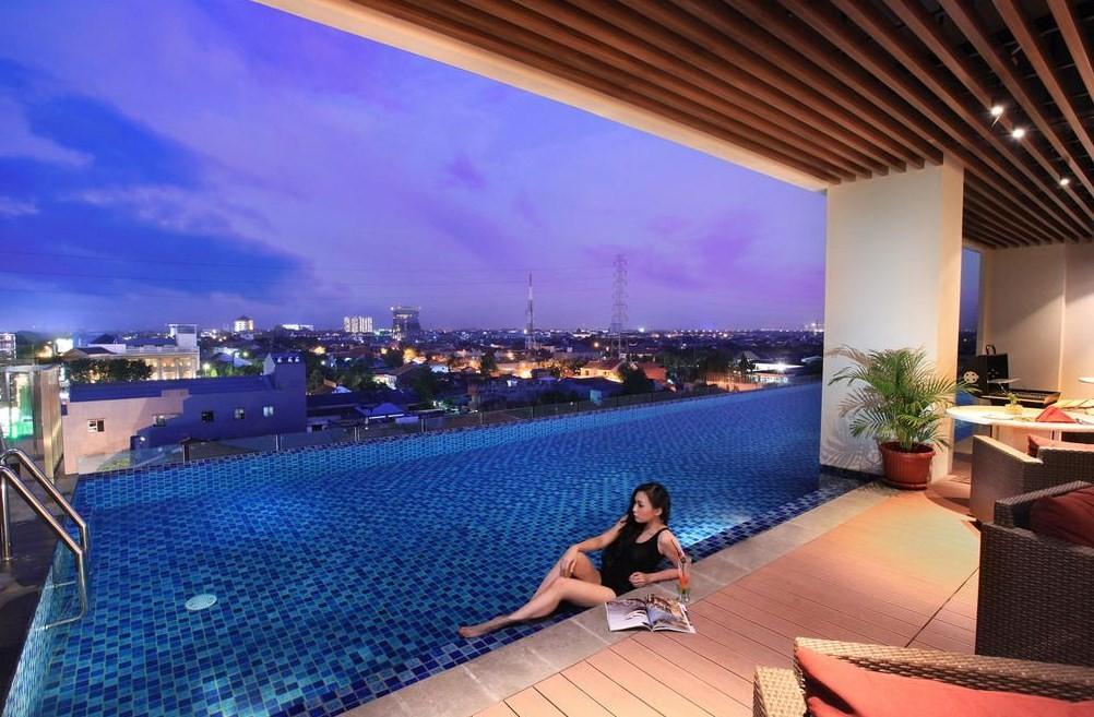 hotel dengan kolam renang rooftop di surabaya