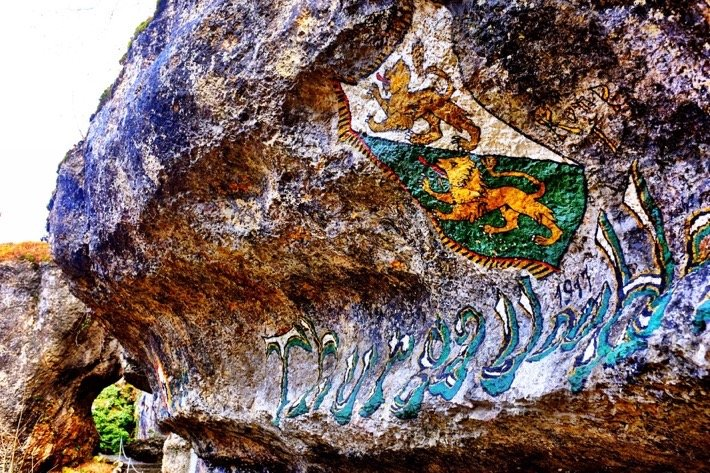 A painting of the coat of arms of Thurgau on a stonewall near Duggingen
