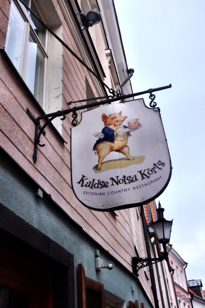 The sign of the restaurant Kuldse Notsu Körts in Tallinn