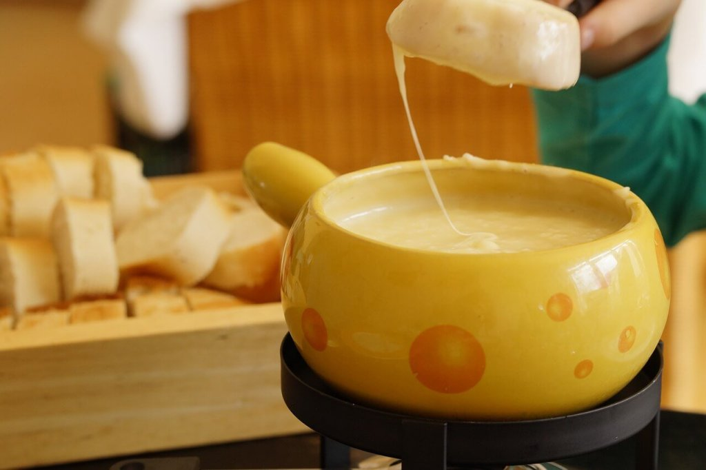 Things to do in Switzerland in winter - Fondue - Photo from Ephraimstochter on Pixabay