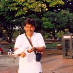 Dando de comer a las palomas Bogota