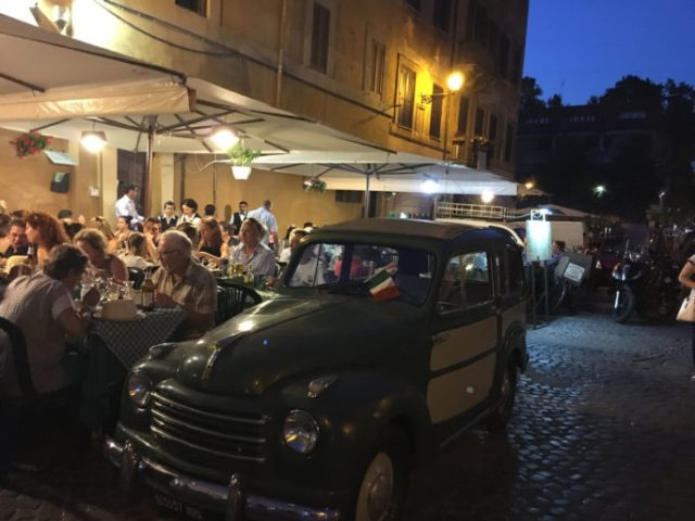 Antiguo auto italiano Trastévere