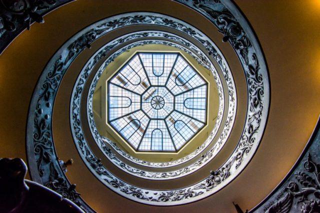 Escalera de Bramante vista desde abajo