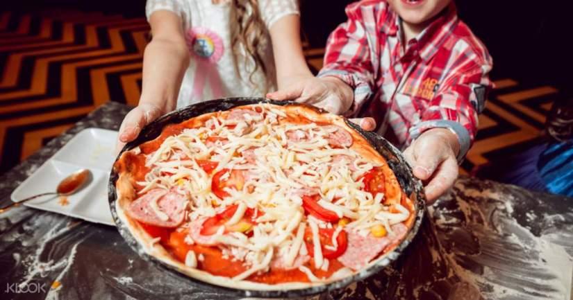 kids make Pizza in naples