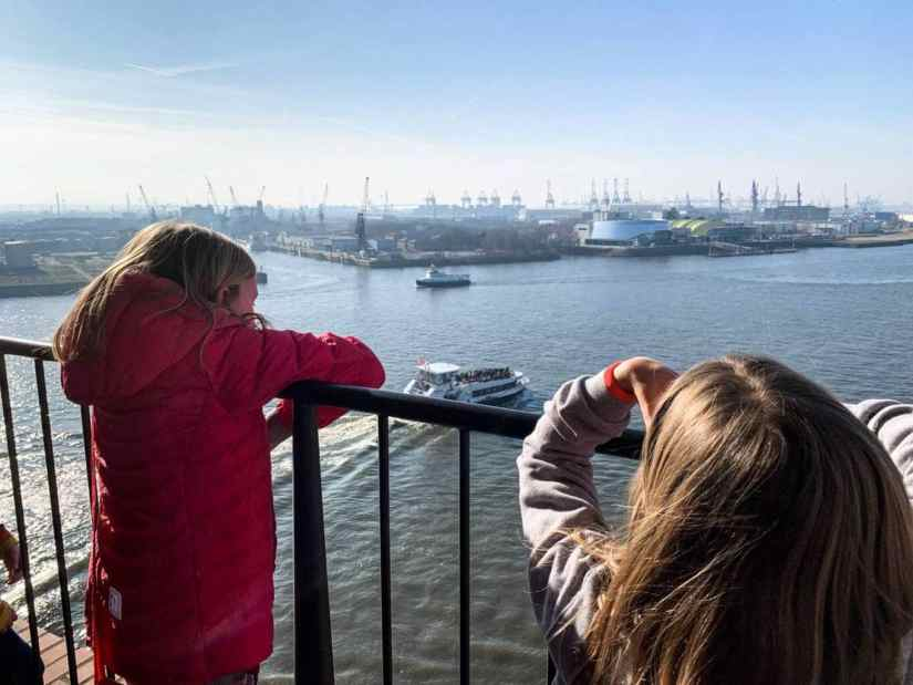 2 kids are join in a port tour in Hamburg