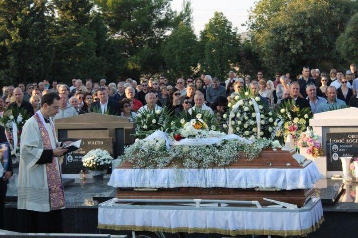 Pogreb je vodio don Krešo Mateša