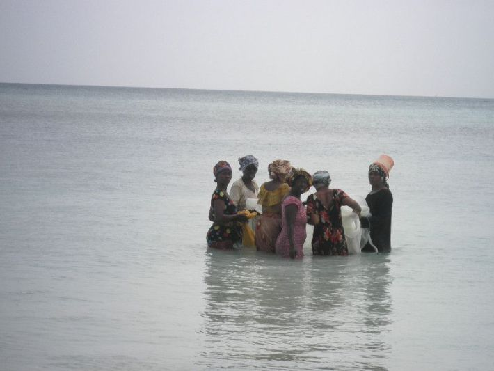žene potežu ribarske mreže