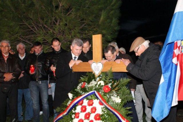 Predsjednik HSS-a Branko Hrg i predsjednik Općinske organizacije HSS-a Ante Gracin postavljaju križ u spomen na pobijene Primoštence