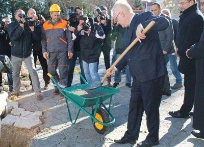Predsjednik s lopatom betona za nedavnog posjeta Drnišu (foto Hrvoslav Pavić)