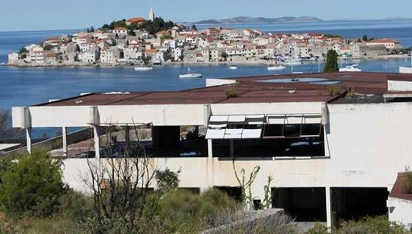 Hotel Marina Lučica u potpunosti je devastiran i unatoč obvezi nema najava da će ga vlasnik početi obnavljati (Foto H. Pavić)