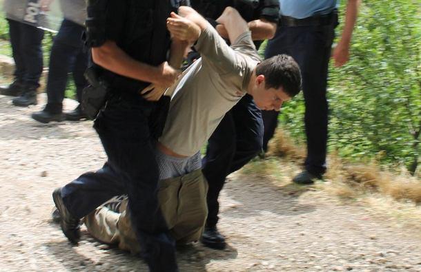 Aktivist Živog zida Ivan Pernar među prvima je utrpan u 'maricu'. Tvrdi da deložacija zapravo nije ni provedena i da je sila korištena uzalud (Foto: H. Pavić)