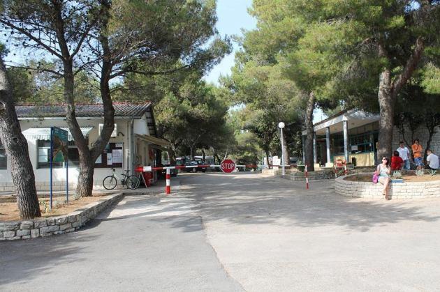 Na mjestu buduće Turističke zone trenutno ehzistira oronuli autokamp (Foto: H. Pavić)