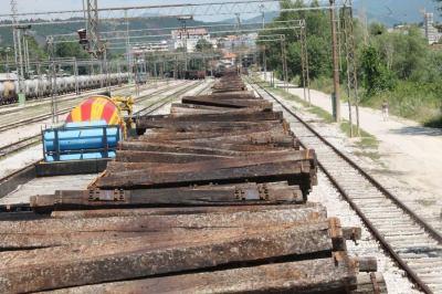 Željeznicu guta već daljina: Opasni željeznički pragovi odlaze u peći, a otrovi u zrak!