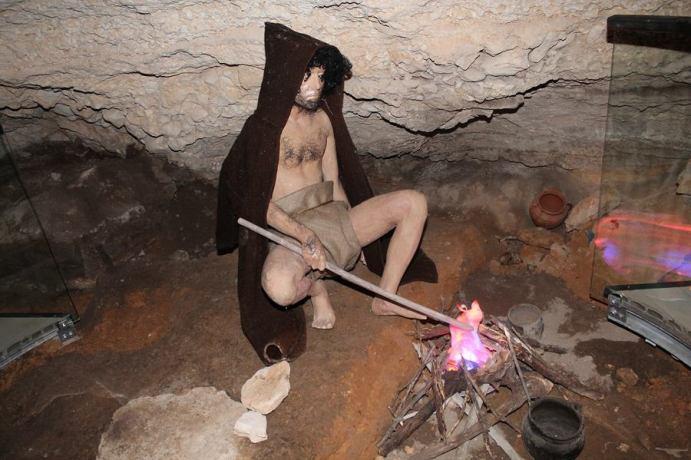 Detalj iz Oziđane pećine - pećinar se grije pokraj simulacije ognjišta Foto TRIS/H. Pavić)
