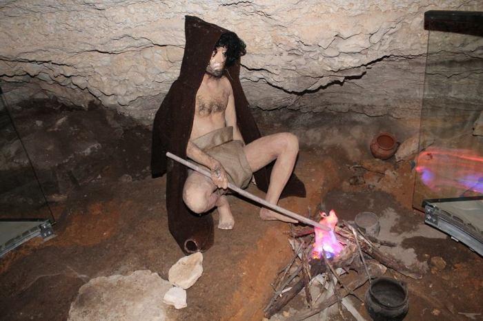 Pećinar se grije pokraj simulacije ognjišta Foto H. Pavić)