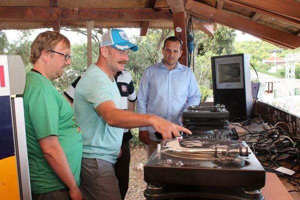 Ivan Klarin nadgleda kako se Nick Colgan snalazi kao DJ (Foto: H. Pavić)
