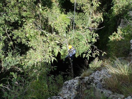 Specijalac se spušta u jamu (foto MUP)