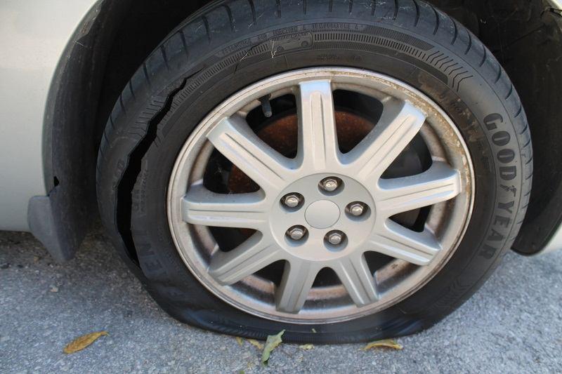 Noćni vandalizam: Stradale gume na desetak auta parkiranih u šibenskoj luci