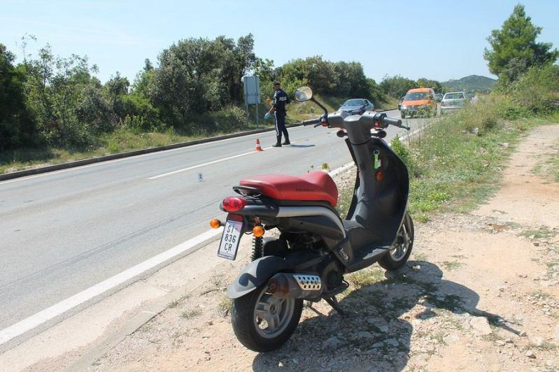 Mladić pao sa skutera, a potom na njega naletjela vozačica Škode