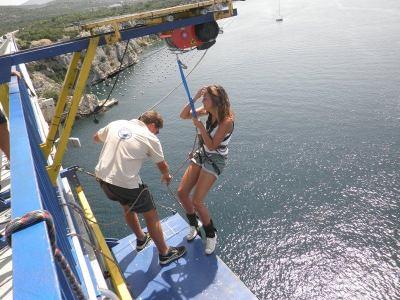 """Tri, dva, jedaan: Ivana, skaaači!""- Skokovi sa Šibenskog mosta – popularna adrenalinska atrakcija"