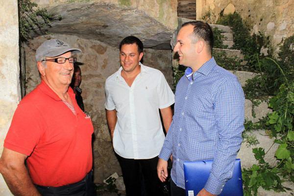Načelnik Ivan Klarin i Hrvoje Spodnjak, direktor tvrtke Fidal d.o.o. obišli su zgradu budućeg muzeja (Foto Općina Tisno)