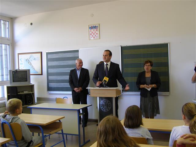 Nečlnik Općine Tisno Ivan Klarin, župan Goran Pauk i ravnateljica OŠ Tisno na otvaranju tišnjanske glazbene škole (Foto ŠŽZ)
