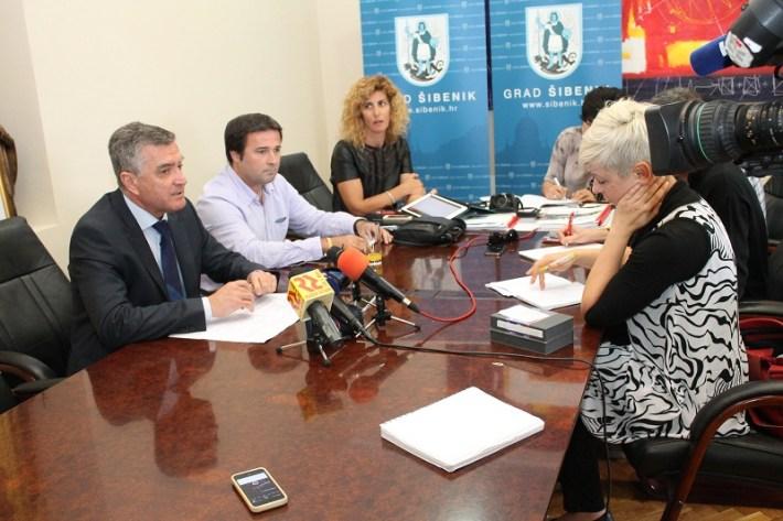 Gradonačelnik dr. Željko Burić i direktor TZ-a Dino Karađole na konferenciji za novinare (Foto H. Pavić) (1)