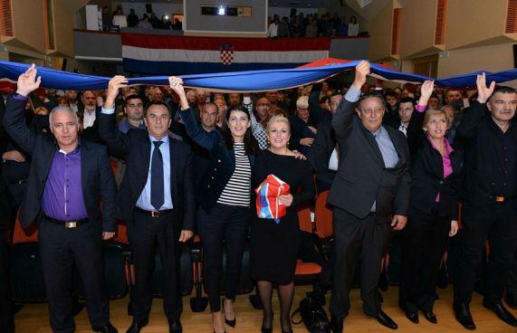 Kolinda Grabar Kitarović sa zastavom skinutoj s tvrđave njoj u čast i šibensko-kninski HDZ-ovci (Foto: HDZ)