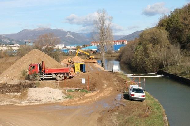 Današnja slika gradilišta sa željezničkog mosta preko Orašnice identična je onima snimljenim na početku 'radova' 13. listopada (Foto: H. Pavić)